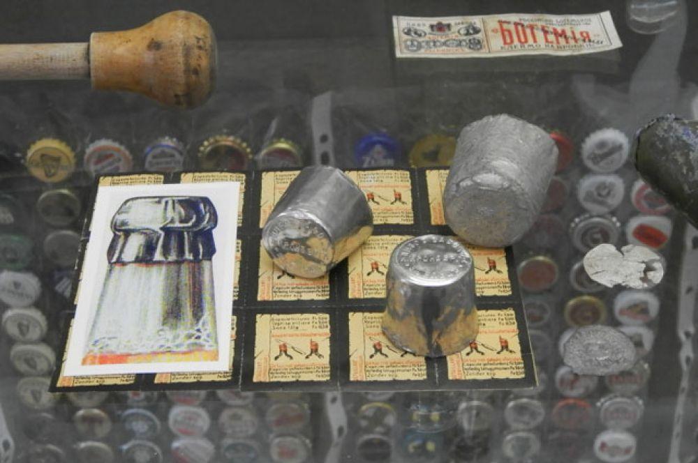 Капсюли на бутылки использовались для того, чтобы можно было отличить оригинал от подделки