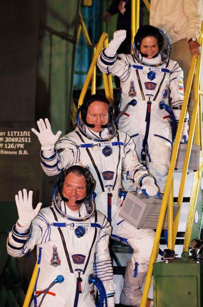 Экипаж транспортного корабля «Союз ТМА-14М» состоял из трёх человек. Слева направо: Александр Самокутяев, американский астронавт Барри Уилмор и первая за 17 лет россиянка в космосе Елена Серова.