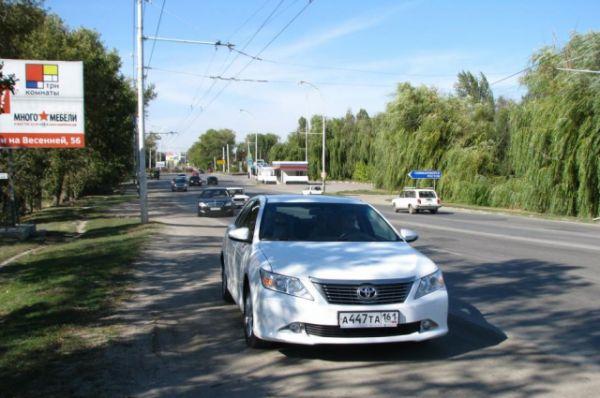 Машина с Михаилом Задорновым едет по Волгодонску.