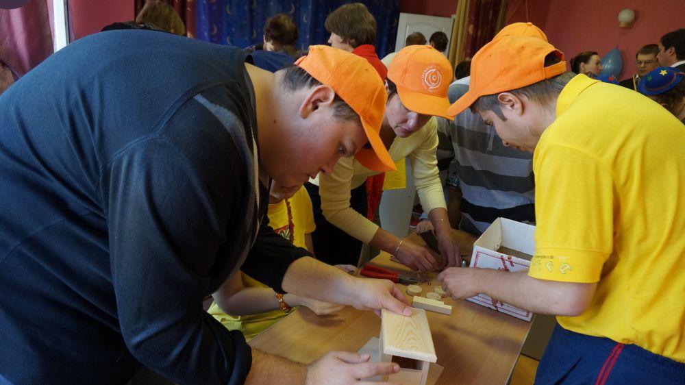 Основная часть конкурса состояла из соревнований по пяти видам ремесел: швейному делу, деревообработке, керамике, валянию шерсти и свечному делу. В этих мастерских «Благого дела» инвалиды проявляют свои творческие способности и проходят реабилитацию.