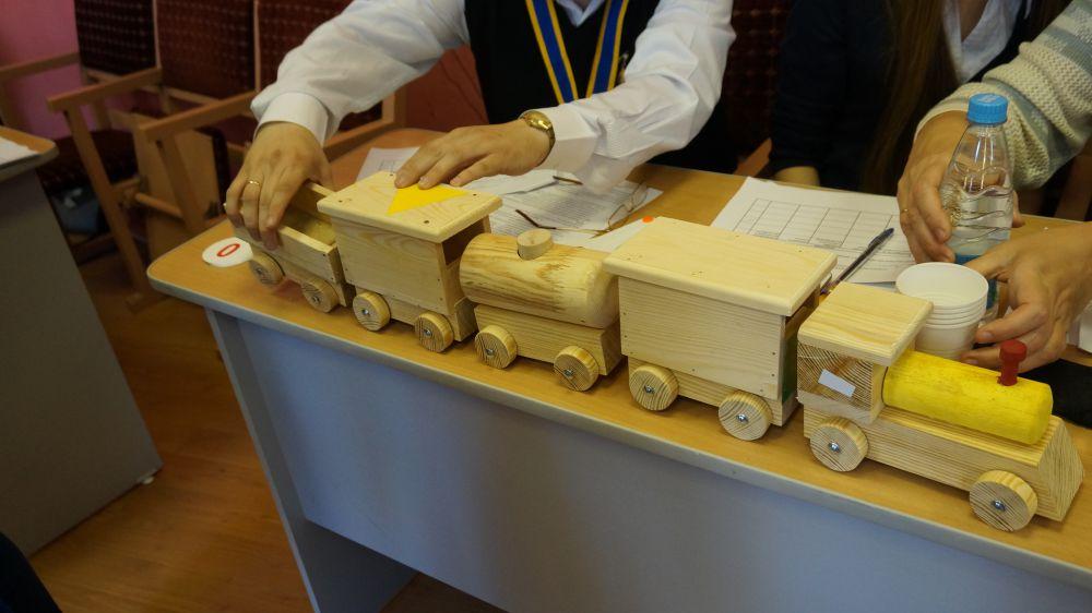 Изделия, сделанные прямо на глазах гостей праздника, занимали свое место на столе жюри.