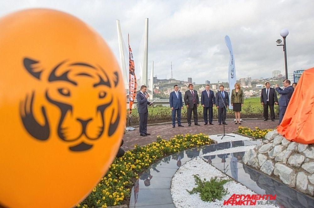 Открытие памятника началось с торжественной речи.