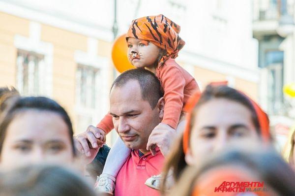 Тигрёнок и его папа.