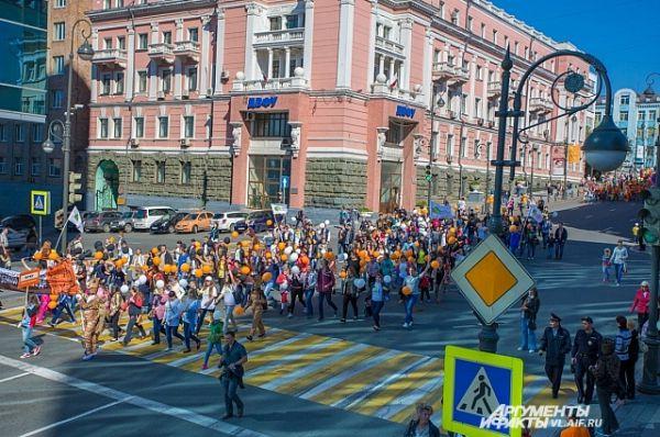 Колонны проходят мимо мэрии Владивостока.