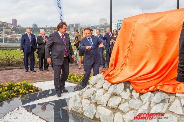Глава города Владивостока и автор памятника сейчас откроют хищника на всеобщее обозрение.
