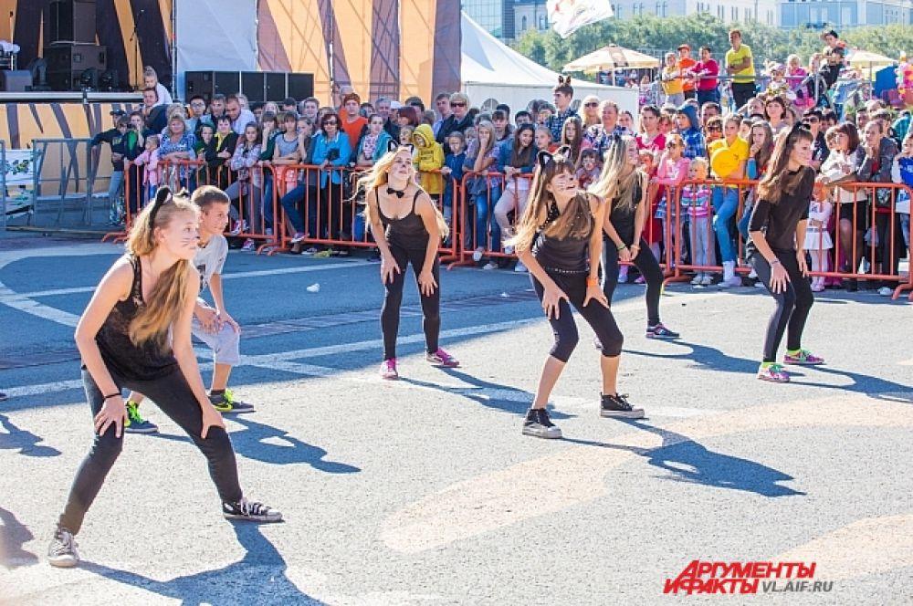 Молодёжь демонстрировала танцевальные номера.