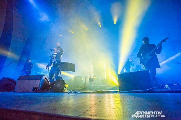 Выступление группы сопровождалось световыми эффектами.