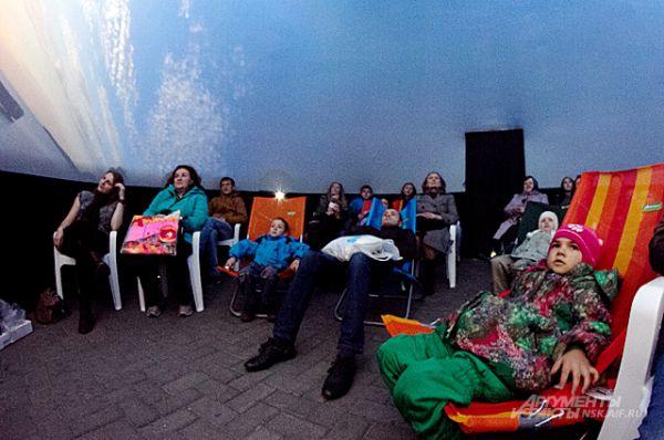 Полнокупольные фильмы показывали не только в самом планетарии, но и внутри двух мобильных куполов, установленных в разных точках города. Наш фотокор проник в один из них.
