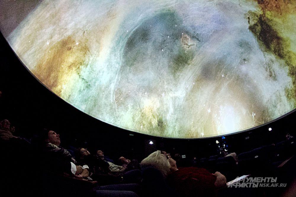 Над зрителями нависла - невероятно детализованная туманность Лагуна - область образования звёзд в центре Млечного пути.