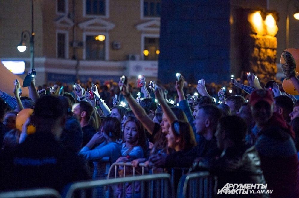 В едином порыве зрители поддерживали музыкантов.