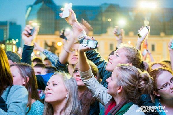 Экраны телефонов тут же ожили в руках зрителей.