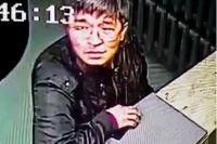 Мужчина быстро положил телефон в карман и скрылся.
