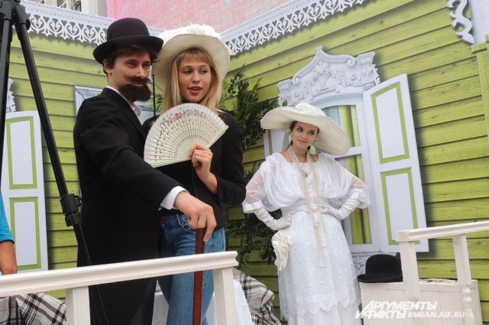 На Театральной площади краснодарцы спешат сфотографироваться с  Чеховым