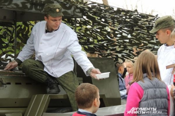 По окончанию реконструкции все желающие смогли угоститься солдатской кашей…
