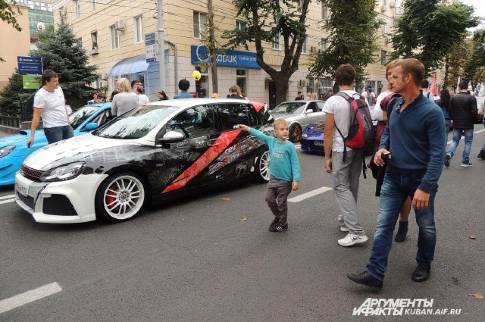В шествии приняли участие и самые красивые автомобили города