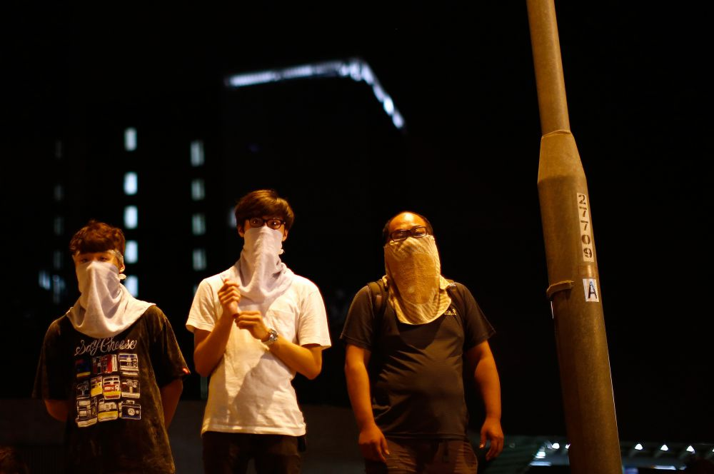 Акции протеста начались в пятницу. Целой серией выступлений протестующие фактически парализовали жизнь в даунтауне Гонконга.
