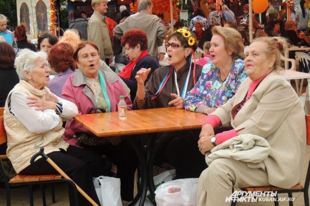 Бабушки слушают знакомые песни и подпевают