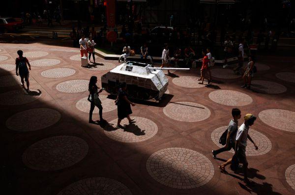 «Нам нужна настоящая демократия и всеобщие выборы», - говорит один из создателей группы «Оккупай Централ» Чан Кинман. Ранее активисты провели в интернете онлайн-референдум, в котором приняли участие 800 тысяч человек, большинство высказалось за проведение прямых демократических выборов в Гонконге.