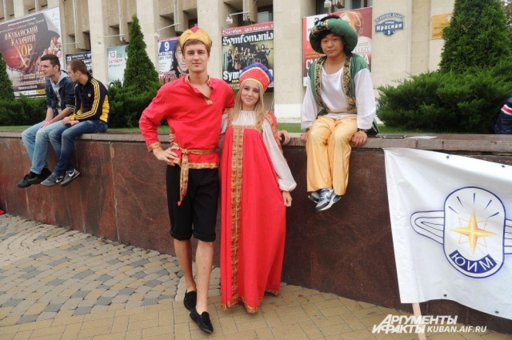 Литературные герои готовятся к шествию: Руслан, Людмила и Царь Салтан