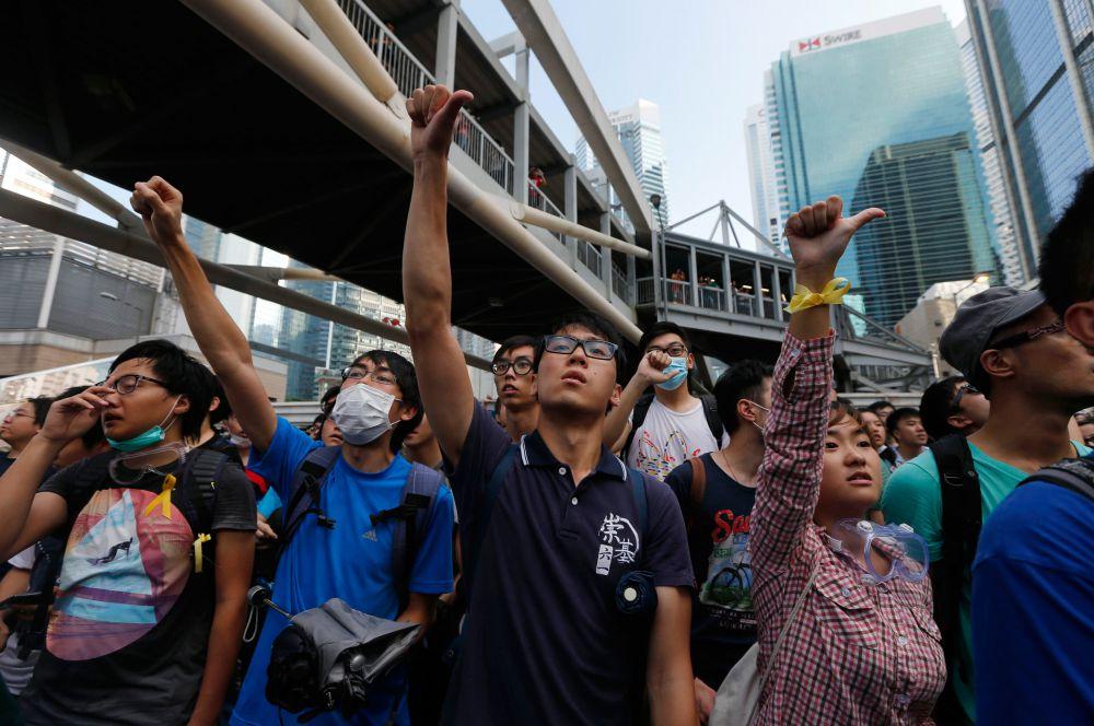 Гонконгские активисты называют себя «Оккупай Централ». Они добиваются исполнения своих требований, блокируя улицы делового центра города.