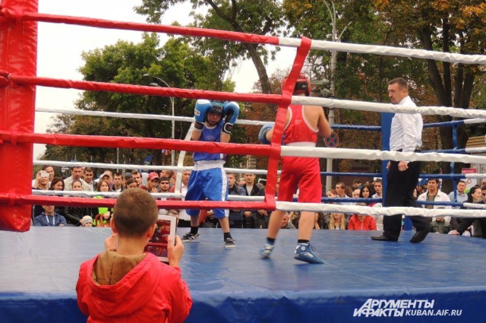 На одной из спортивных площадок - юные боксеры