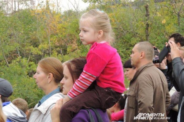 За ходом боев с интересом наблюдают как взрослые, так и дети.
