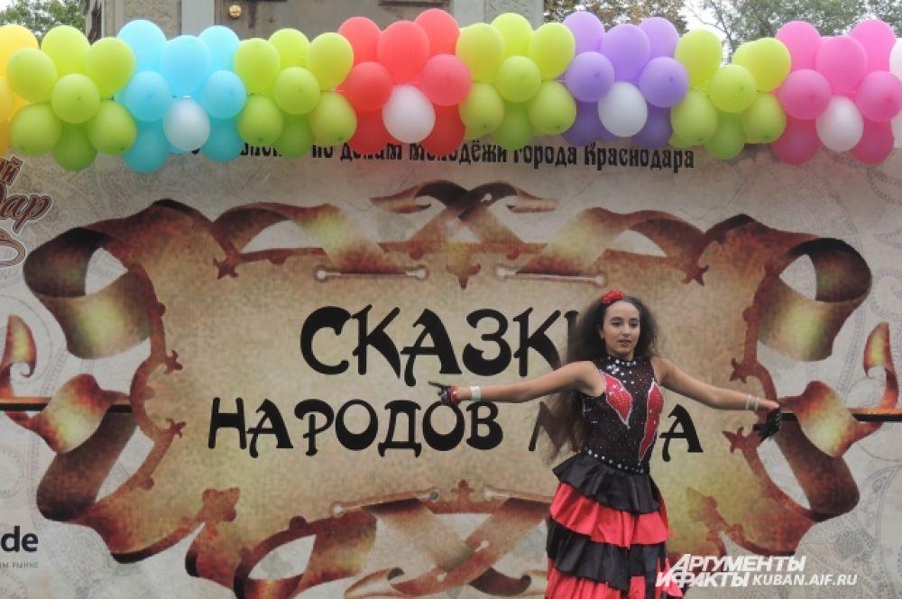 Героини народных сказок исполняют танцы