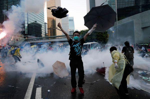 Против демонстрантов на улицу вышли полицейские. Начались столкновения, в ходе которых стражи порядка применили слезоточивый газ. Десятки активистов задержаны, несколько полицейских получили лёгкие травмы.