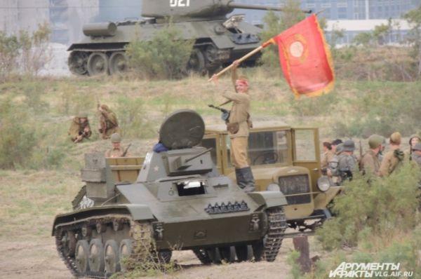 Над танком развевается флаг советской армии.