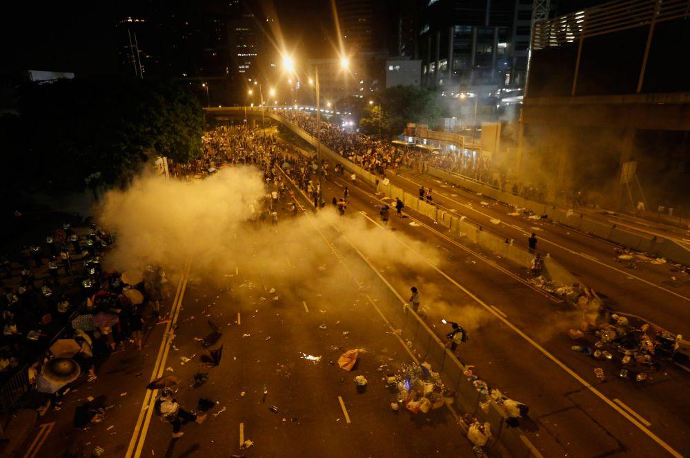 Задержания также проходили возле здания правительства, где с июля запрещены массовые акции протеста.