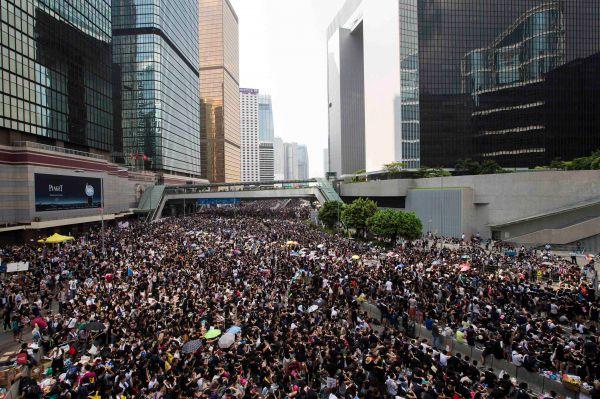 В понедельник количество протестующих существенно уменьшилось, однако активисты по-прежнему остаются на своих местах, блокируя ряд улиц.