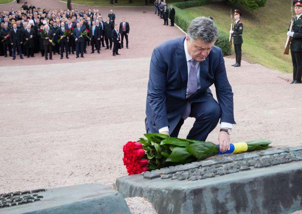 Петр Порошенко почтил память жертв трагедии в Бабьем Яру