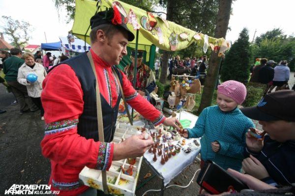 Гости порадовали ребятишек игрушками и различной сувенирной продукцией.
