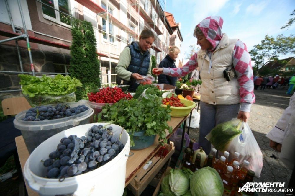 Местные жители привезли на ярмарку свой лучший урожай.