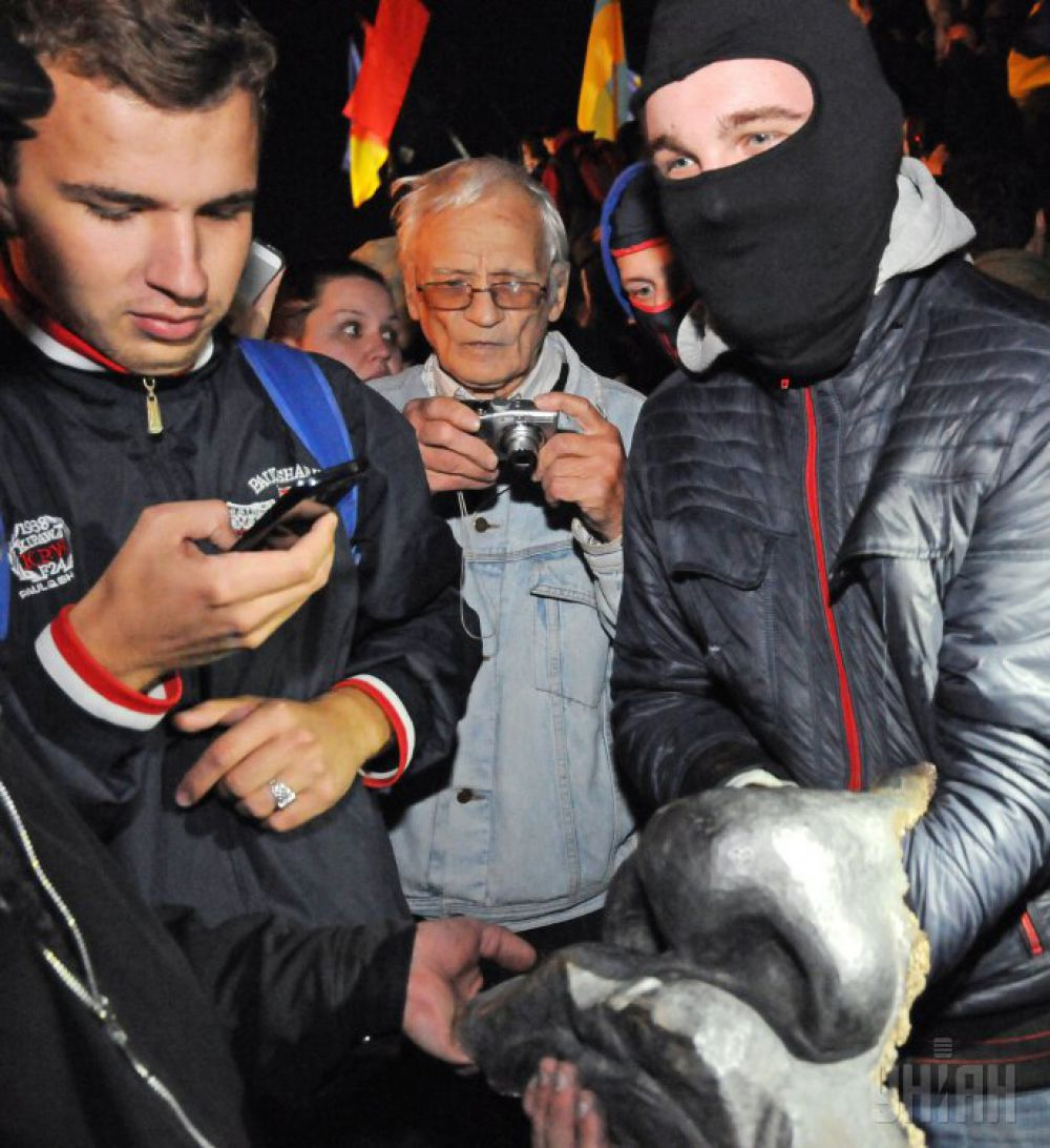 Харьковчане избавляются от памятника Ленину