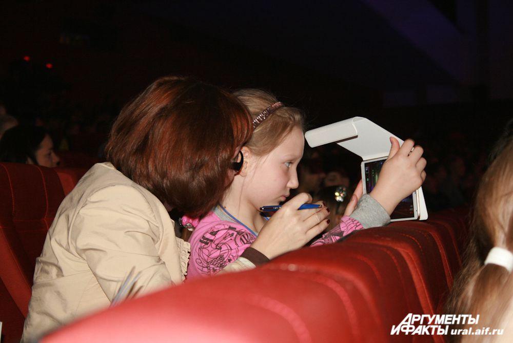 Из зрительного зала за юными артистами наблюдали их сверстники.