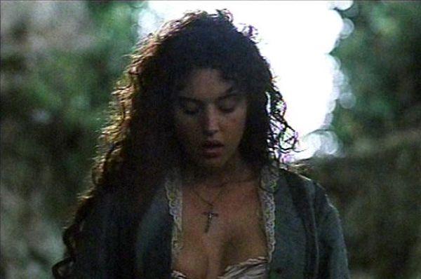 В 1990 году Моника Беллуччи дебютировала в кино – после телевизионной ленты «Жизнь с детьми» состоялся релиз первого художественного фильма с итальянской актрисой – «Бандиты».