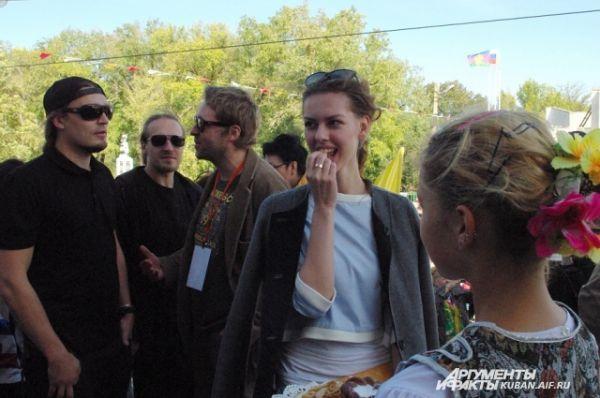 Актриса Лянка Грыу пробует каравай в обществе прибалтийских режиссеров.