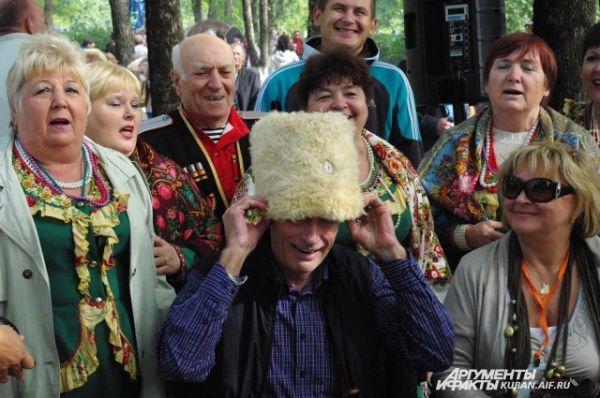 Борису Щербакову тут же презентовали папаху, он ее надел, но папаха оказалась велика.