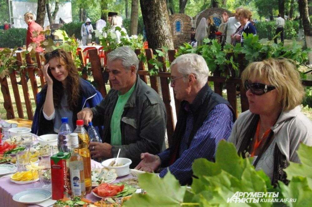 Актеры и режиссеры отправились гулять по куреням, и везде их встречали с большим радушием, немедленно усаживали за стол.
