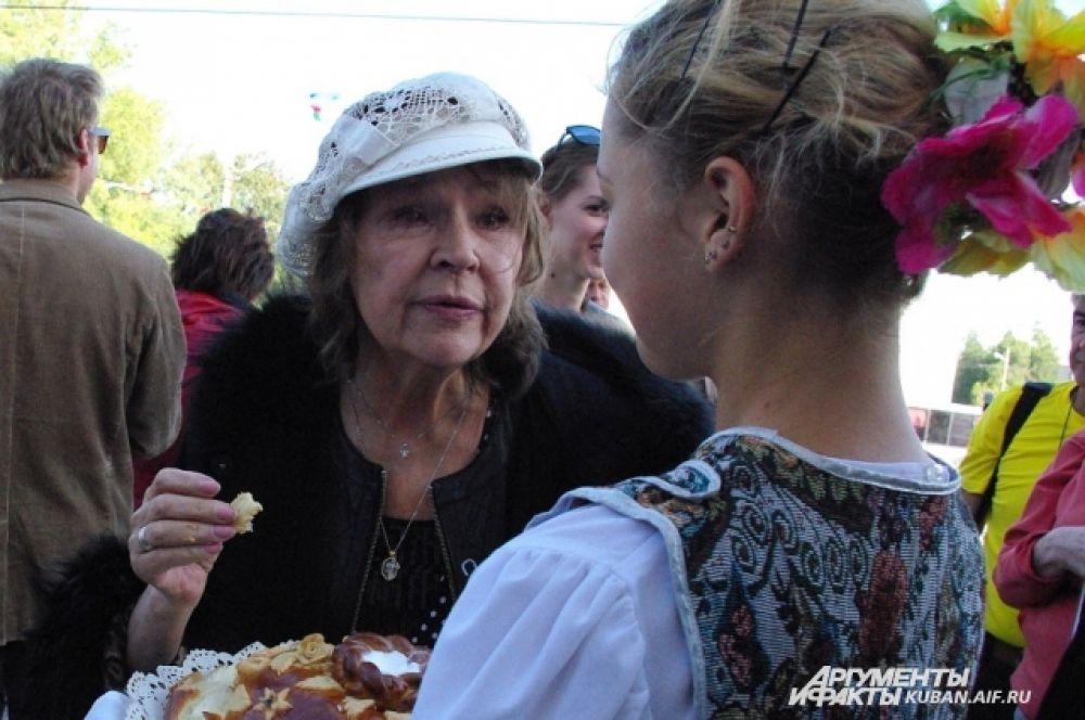 Актеров встречали хлебом и солью. Тамара Семина благодарит за вкусное угощение.