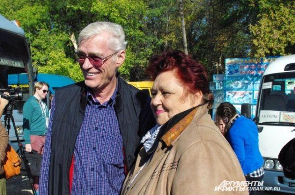 Борис Щербаков фотографируется с поклонницей. Она поджидала актеров на въезде в станицу.