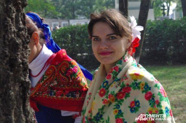Жительницы Гостагаевской старались сфотографироваться с каждым из актеров.