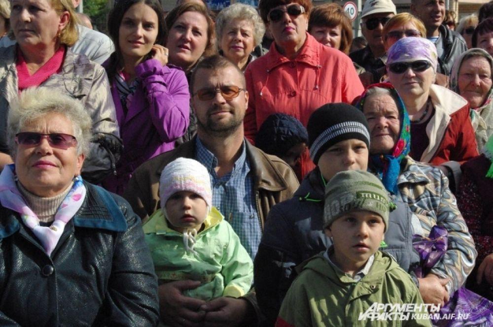 На площади собрались и взрослые жители станицы, и совсем малыши.
