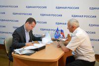 Дмитрий Медведев во время общения с гражданами в общественной приёмной Севастопольского регионального отделения партии «Единая Россия».
