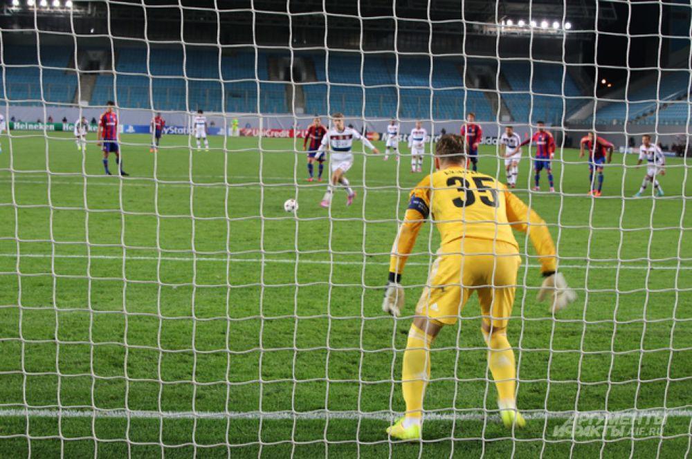 Игорь Акинфеев пытался угадать направление удара.