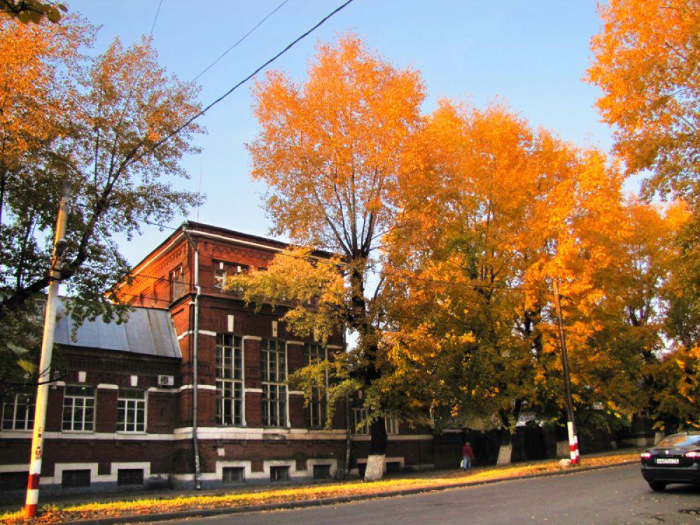 Памятник архитектуры в обрамлении осенних деревьев