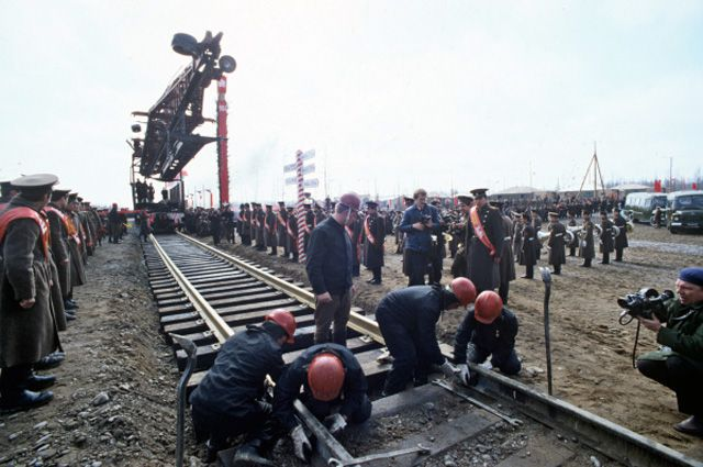 Торжественная стыковка последнего звена железнодорожного полотна на восточном участке Байкало-Амурской магистрали. 1984 год.