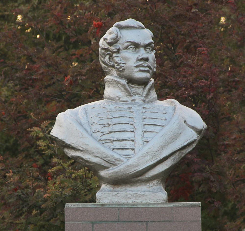 Памятник Денису Давыдову установлен во дворе школы его имени