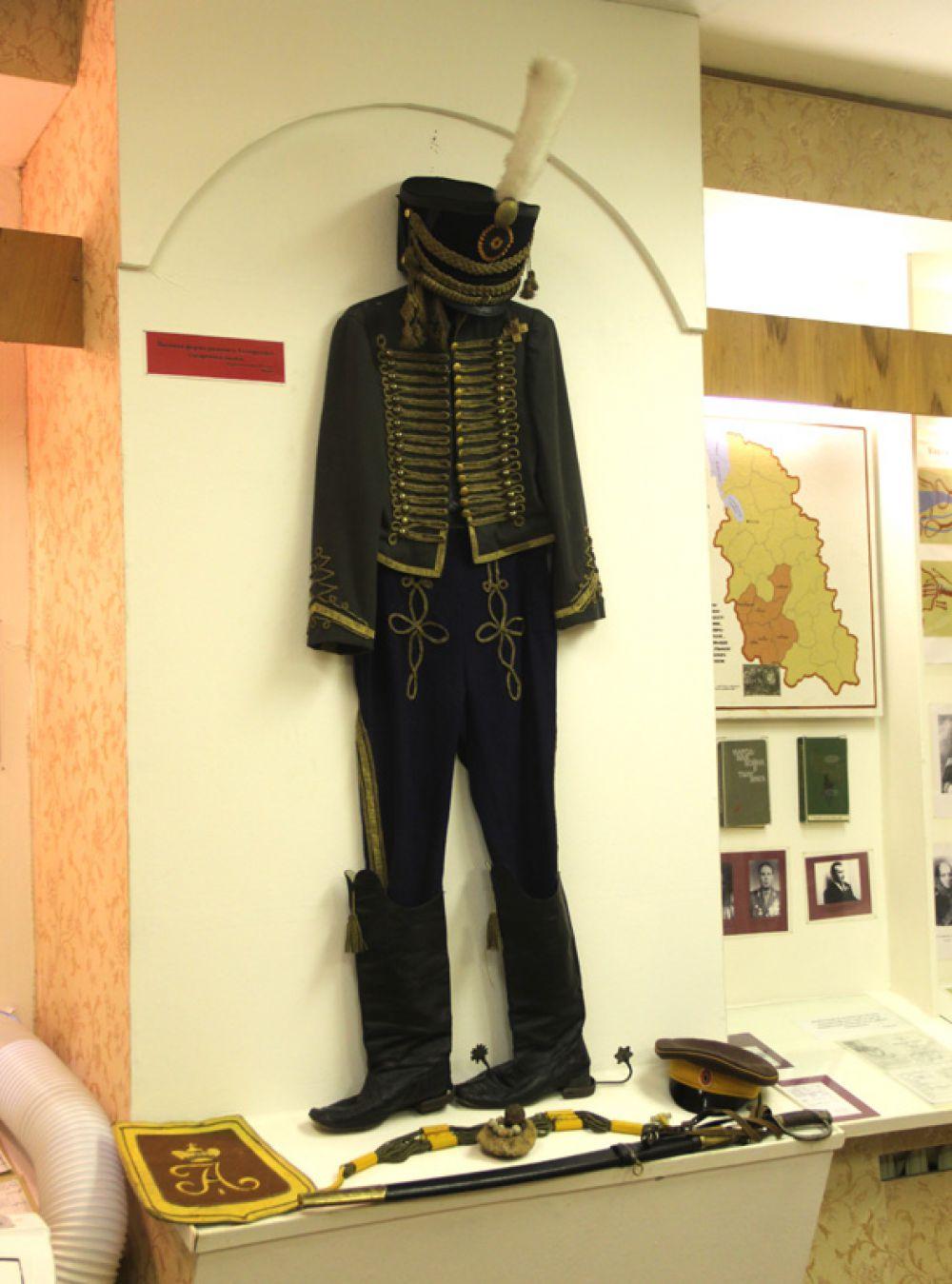 В школьном музее – мундир образца 1812 года, который был пошит на «Мосфильме» для съёмок фильма «Война и мир»